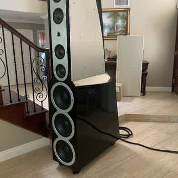 Floor standing speakers in excellent condition