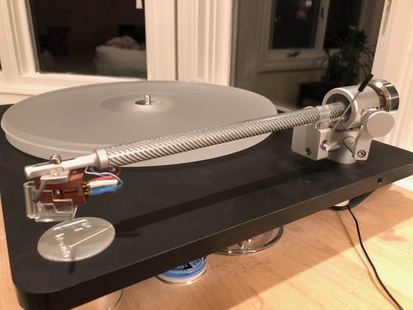 Clearaudio Emotion CMB with Satisfy Carbon tonearm, Maestro MM, dust cover and Basic+ phono