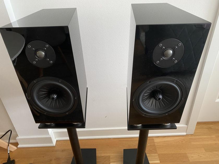 Demo Verdant Audio - Nightshade 1 - Fiberglass Cabinet (Pair)