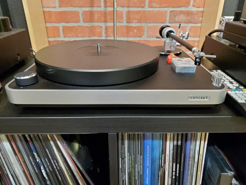 Clearaudio Concept Turntable with Satisfy Tonearm  and Concept MC Cart