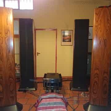PERFECT Loudspeaker Genesis Technologies System One wit...