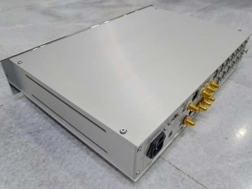 Burmester 011 preamp . 230 /115 volts. Free shipping worldwide !