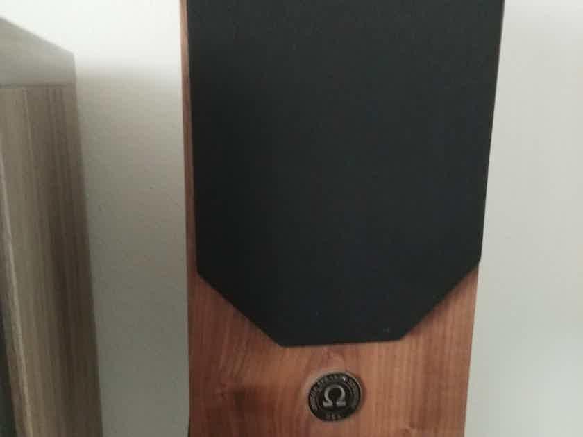 Omega Speaker Super 3i in Natural Walnut