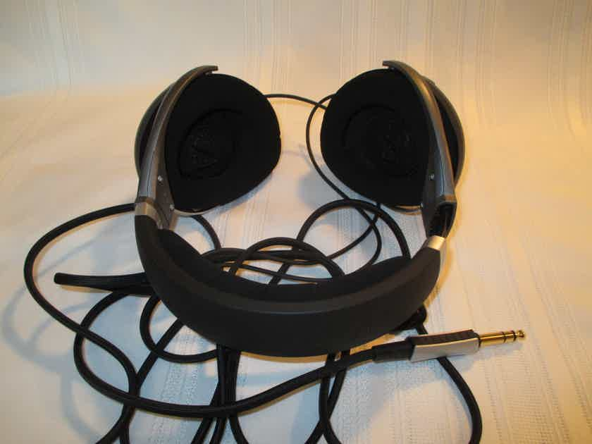 Headphones HD 700 w/headphone cable and manual.